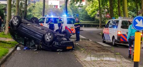 Auto vliegt over de kop op de De Jagerweg in Dordrecht