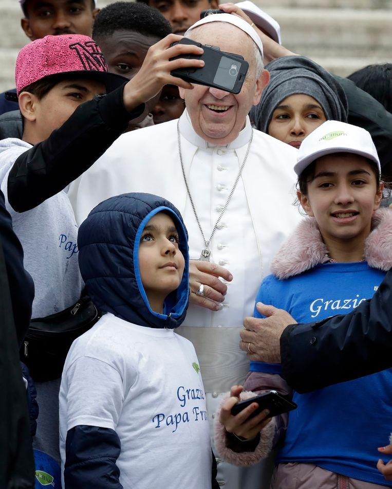 De paus op de foto met zijn jonge gasten.