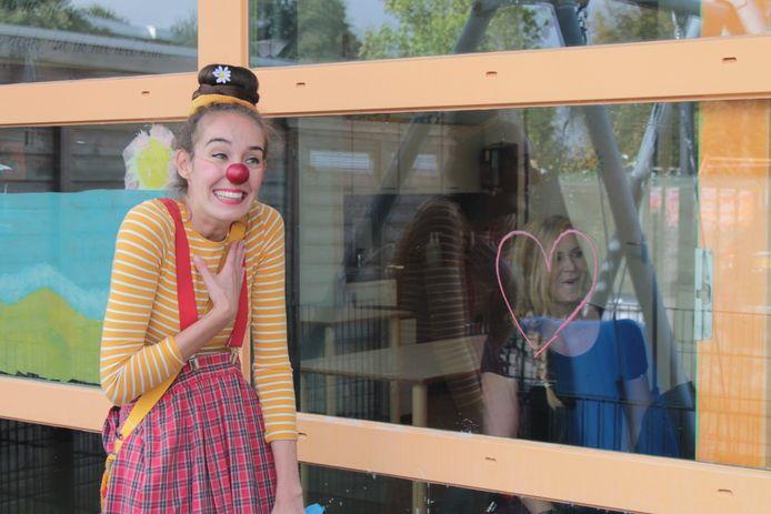 Saskia Kruis volgt een opleiding aan de School voor Clown & Leven in Utrecht. In deze coronatijd wil ze mensen hun zorgen even laten vergeten.