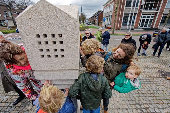 Het wisselkunstwerk op het Raadhuisplein in Rijen werd op 15 maart onthuld. The day destroys the night van de Rijense kunstenaar Adriaan Seelen is een kunstwerk waar je in kunt kijken. Kunstenaars uit de regio tussen Breda en Tilburg kunnen inschrijven De inschrijving voor een nieuw werk begint.