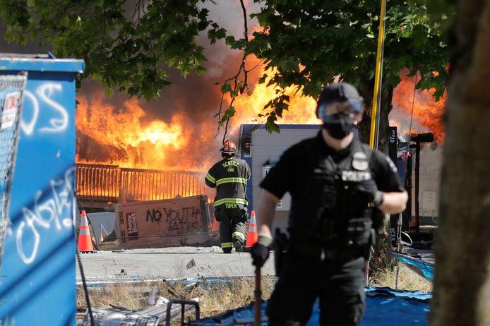 Een in aanbouw zijnde jeugdgevangenis en gerechtsgebouw werd door de demonstranten in brand gestoken.