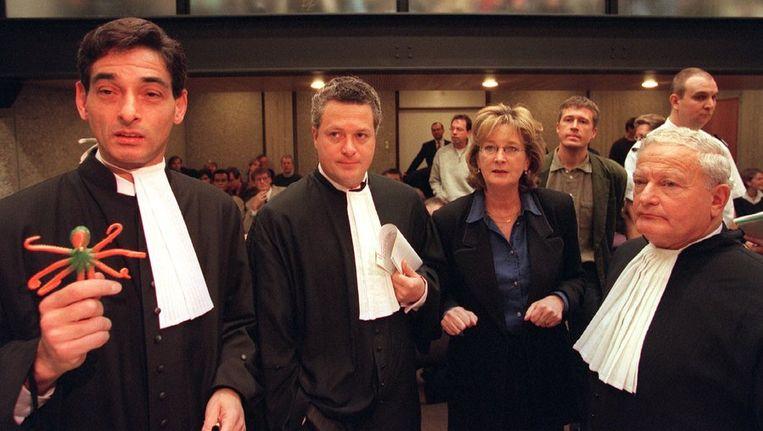 Advocaat Gerard Spong in het gerechtsgebouw in Amsterdam met Bram Moszkowicz en zijn vader Moszkowicz Sr. in 1996. Beeld anp