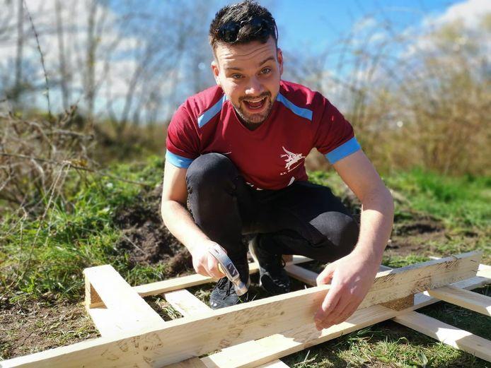 Wodanseck helpt met 'ontspijkeren' voor het bouwdorp.