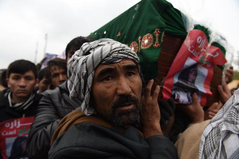 Afghaanse betogers dragen de doodskisten van de vermoorde Hazaren. Beeld afp