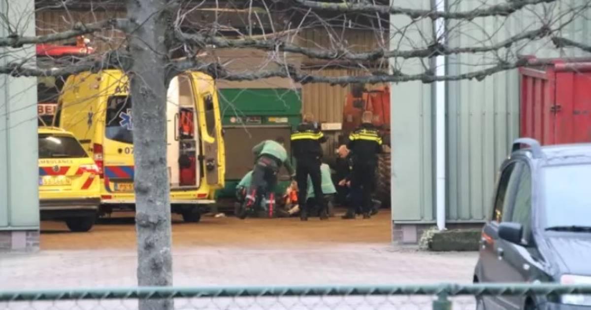 Man raakt zwaargewond door ongeluk bij grondverzetbedrijf.
