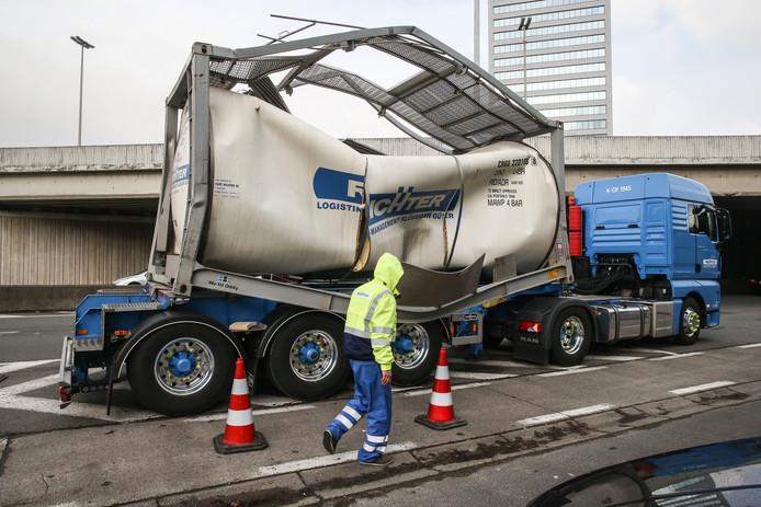 De vrachtwagen werd verplaatst naar de Kortrijksesteenweg om verkeershinder op de E40 te vermijden.