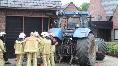 Tractor belandt in gevel van garage De Maalderij
