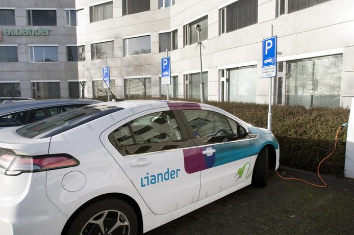 Elektrische auto voor het kantoor van Alliander in Arnhem.