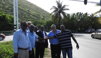 Een heel team om één stoplicht op Sint-Maarten te repareren