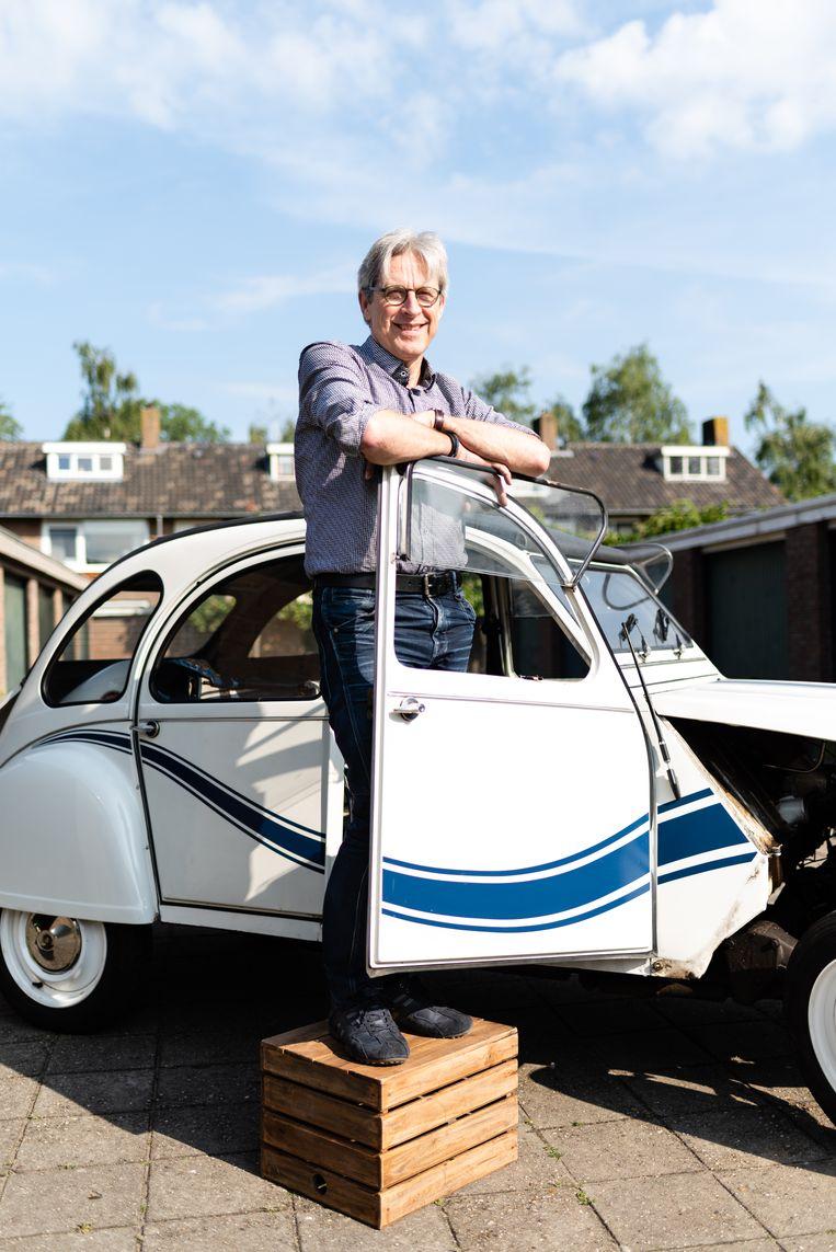 Bob de Jonge uit Zwolle. Bob verbouwt zijn Citroën Eend uit 1983 naar een elektrische auto. Beeld Katja Poelwijk