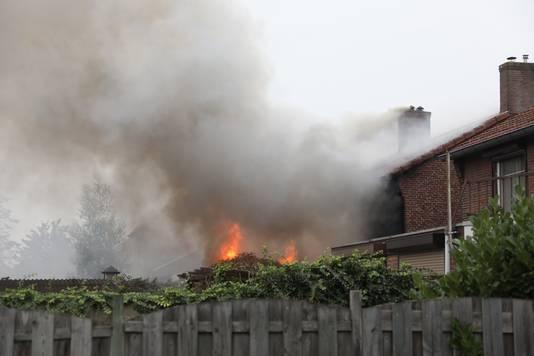 De vlammen sloegen uit de aanbouw van de woning.