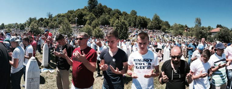 Nabestaanden treuren om de ruim 8.000 mannen en jongens die zijn vermoord na de val van de Moslimenclave Screbrenica. Beeld null