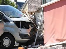 Roeiers uit Deventer knallen met busje tegen woning in Friesland