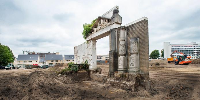 Het voormalige terrein van ziekenhuis Bernhoven transformeert steeds verder naar woongebied Park Zwanenberg. Ook de stenen poort bij de entree gaat als zodanig verdwijnen.