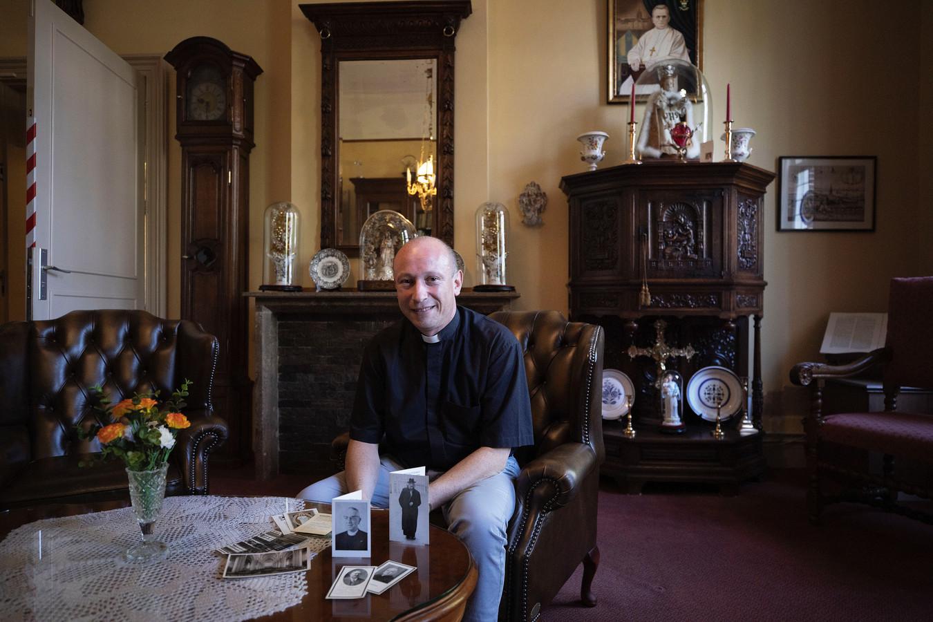 Pastoor Goris verzamelt bidprentjes van overleden pastoors van parochies in Eindhoven.