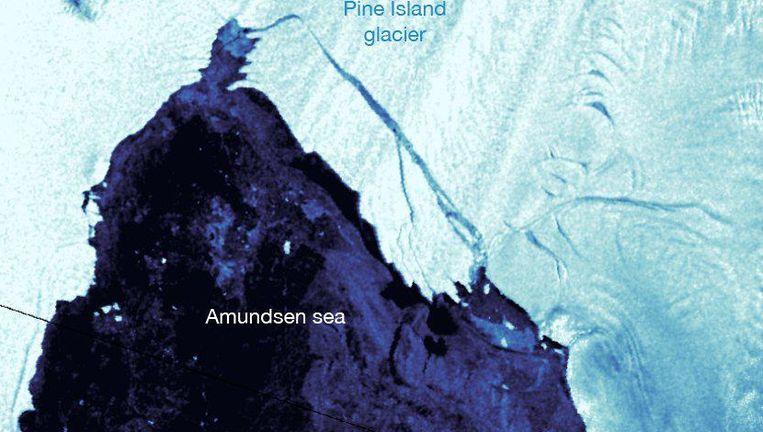 Uit de laatste satellietgegevens blijkt dat er een kloof met open water is ontstaan die een stuk ijs van 267 vierkante kilometer losmaakt.