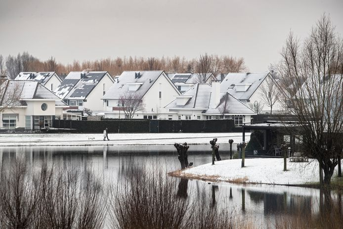 Eerste sneeuw van het jaar in de wijk Dierdonk in Helmond.