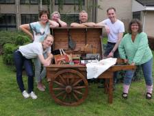 Toneelgroep Doodgewoon schenkt 'nostalgiekar' aan zorgcentrum Sint Janshof in Vlijmen