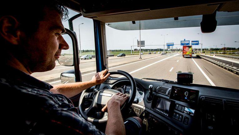 Het basissalaris van bijvoorbeeld een vrachtwagenchauffeur is 1.700 euro netto. Omdat in die sector vaak extra uren worden gemaakt is een salaris van 2.300 euro daardoor niet ongewoon. Beeld anp