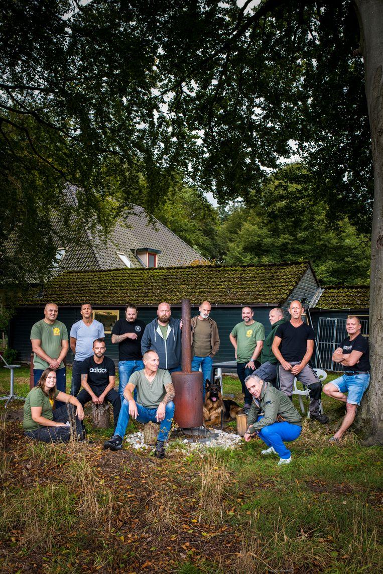 Begeleiders en oud-militairen op de Thuisbasis Veteranen in Eelde. Beeld Linelle Deunk