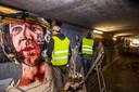 Kunstenaars van Studio Giftig aan het werk in de fietstunnel tussen Ekkersrijt en de Amerikaanse wijk in Blixembosch