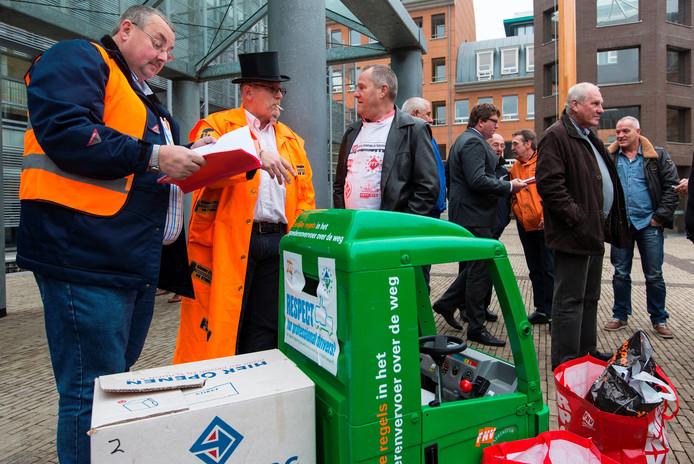 FNV bondgenoten en Ton Heerts stonden bij de rechtbak met Nederlandse en buitenlandse chauffeurs
