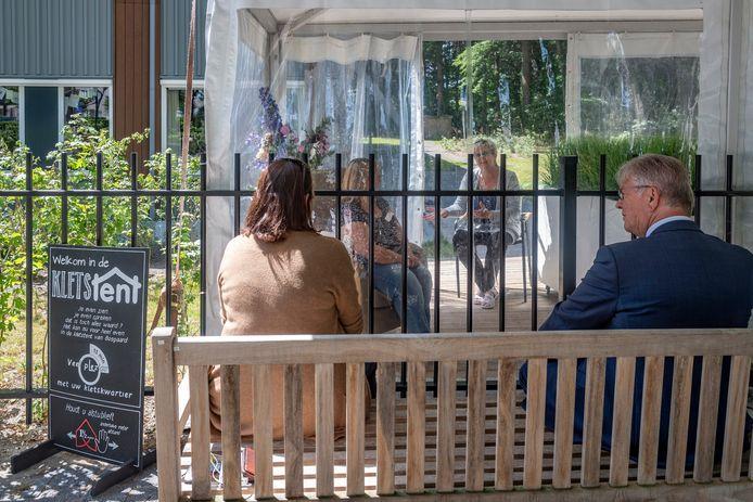 Burgemeester van Bergen op Zoom Frank Petter (R.) en Conny Helder van tanteLouise gingen zaterdag in gesprek met medewerkers in de kletstent bij Bosgaard.