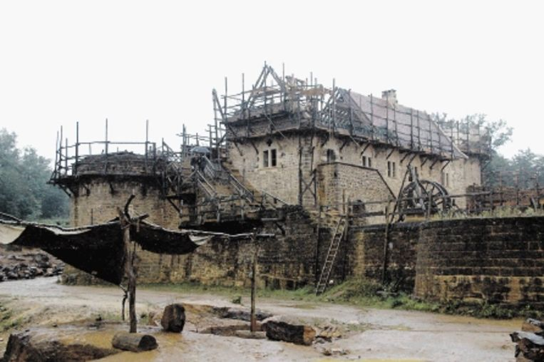Het recept voor de lokale, middeleeuwse specie werd op de bouwplaats opnieuw ontdekt. (FOTO'S KAREN MEIRIK) Beeld