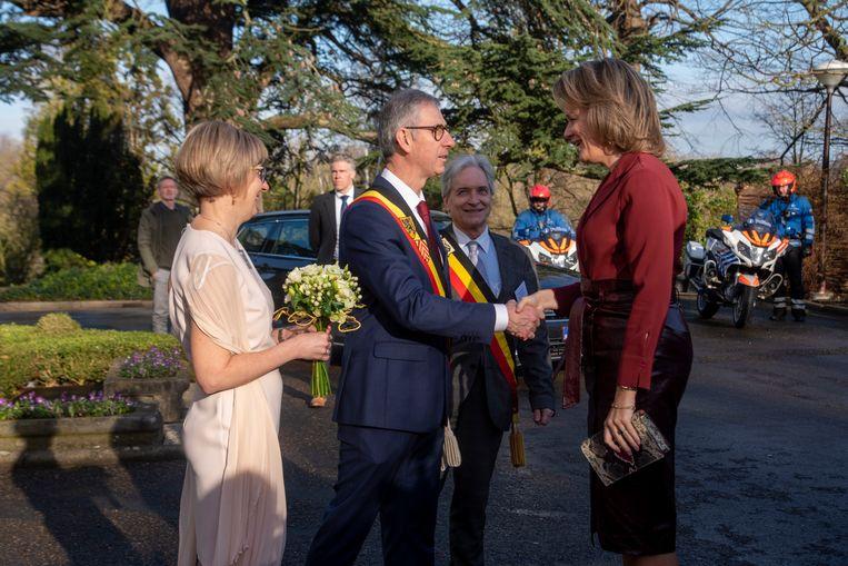 Koningin Mathilde wordt ontvangen door burgemeester Dirk De Maeseneer in Melle.