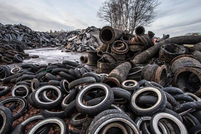 De immense voorraad aan rubberbanden van Doornberg Recycling in Almen.