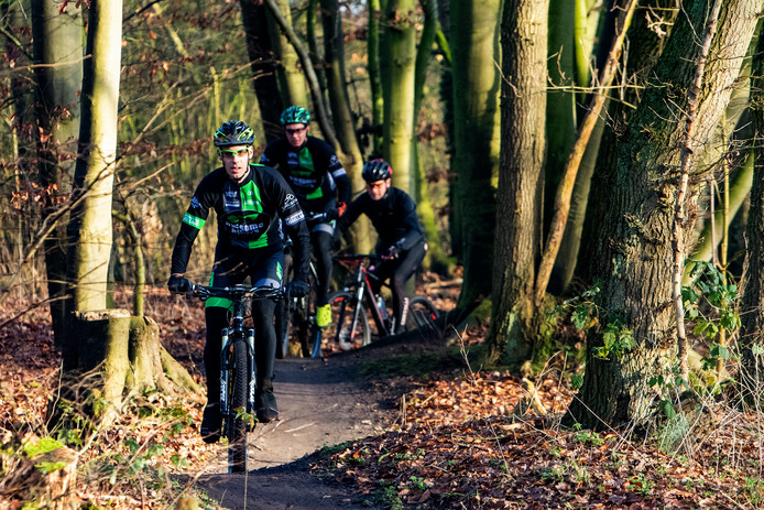 Intensief gebruikt: het mountainbikenetwerk Salland. Hier in actie op het Wechelerveld (van voor naar achteren) Christian van Vilsteren, Erwin Kerkmeijer en Hans Wichink.
