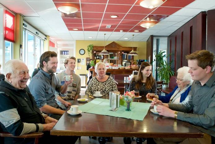 Ouderen en studenten in de Vreedenhoff in Arnhem. Foto: Marc Pluim