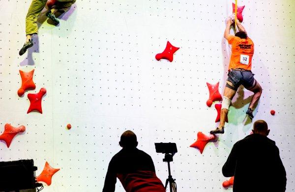 Als een gekko de wand op klauteren: op het eerste NK Speedklimmen zetten tieners de toon