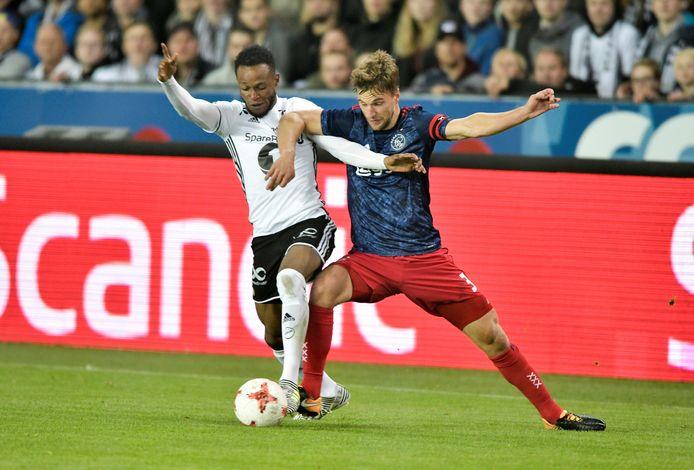 Samuel Adegbenro strijdt met Joël Veltman om de bal tijdens het duel tussen Rosenborg en Ajax (3-2).