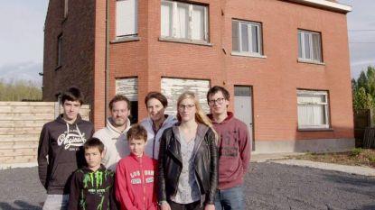 """'Straatarm' gezin kijkt de ogen uit in huis van 'steenrijke' familie: """"Ze hebben hier zelfs aparte badkamers"""""""