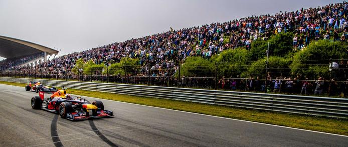 Max Verstappen en Daniel Ricciardo op het circuit van Zandvoort.