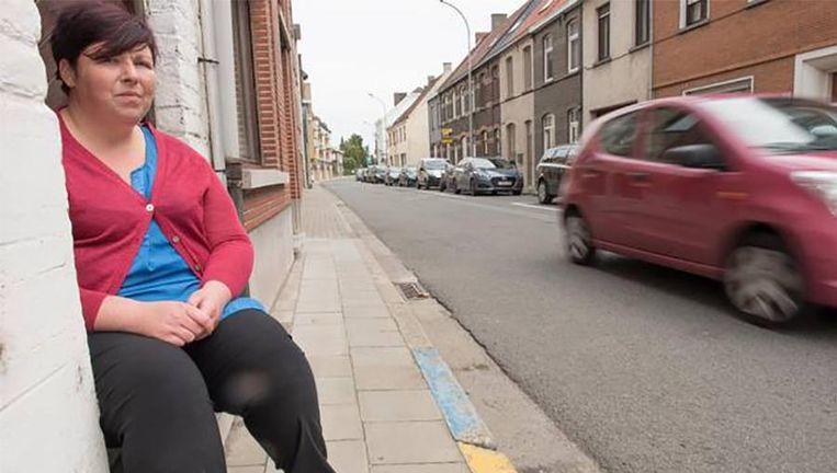 Kathy Baekelandt op de smalle stoep van de Broekstraat waar haar hond doodgereden werd.