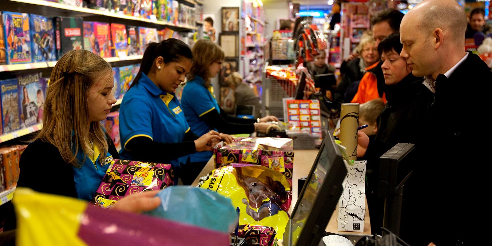 Personeel van Intertoys aan het werk tijdens de Sinterklaasdrukte.