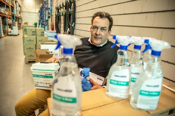 Marcel van Amen van schoonmaakgroothandel Groveko in Zwolle tussen de producten die door de coronacrisis niet meer zijn aan te slepen.