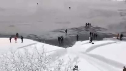 Onvoorzichtige toeristen riskeren hun leven voor selfies op bevroren Pools meer