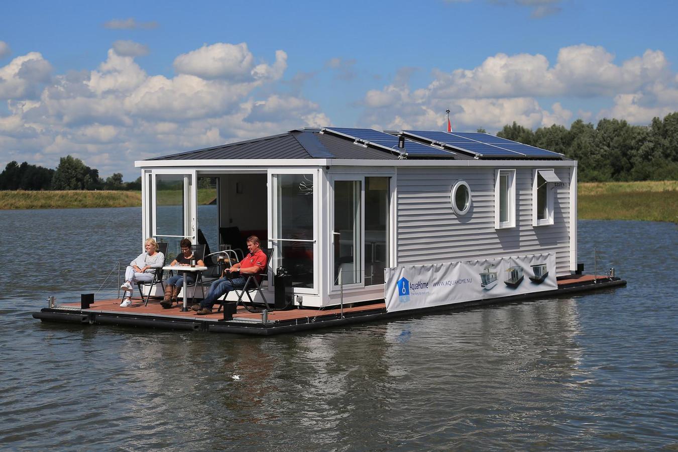 Aquahome vakantiehuisje op het water in biesbosch foto - Terras van huis ...