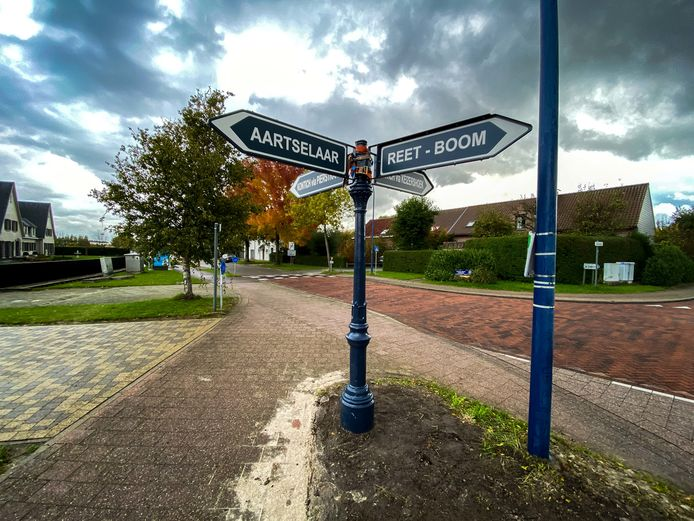 De wegwijzer aan het kruispunt van de Pierstraat en de Keizershoek in Kontich.