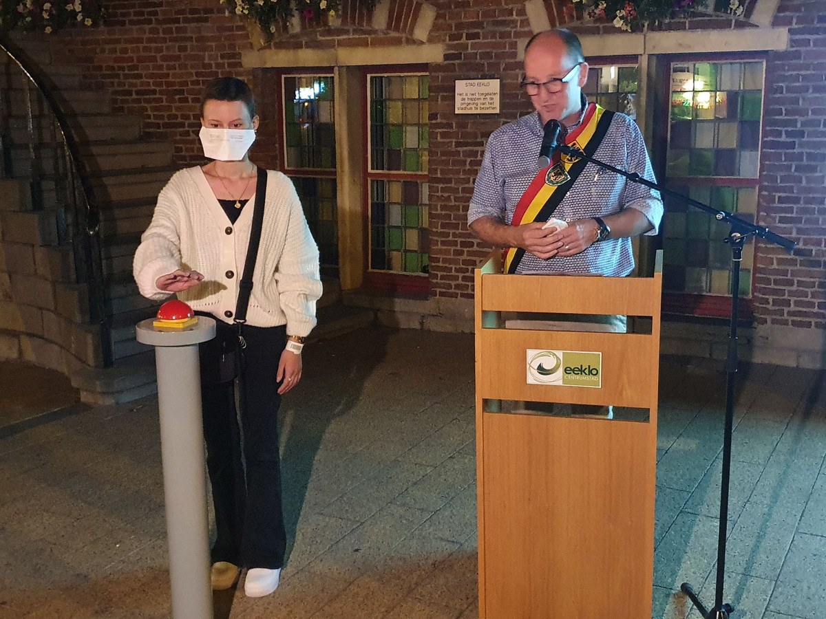 Ona De Waele vecht zelf tegen kanker, en mocht dinsdagavond naast burgemeester Luc Vandevelde op de knop drukken.