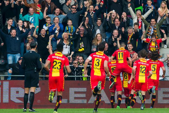 Euforie de de deventer club en deventer aanhang na het winnen van de eerste play-off wedstrijd