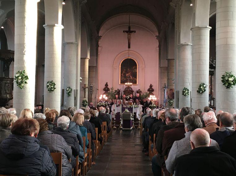 De kerk in Beerzel zat overladen vol. Buiten konden mensen de uitvaart volgen op groot scherm. Net zoals in de parochiezaal.