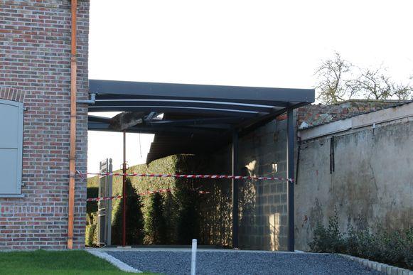 In de Koekelweg kwam een balk door een carport terecht en lag er asbest op de weg.