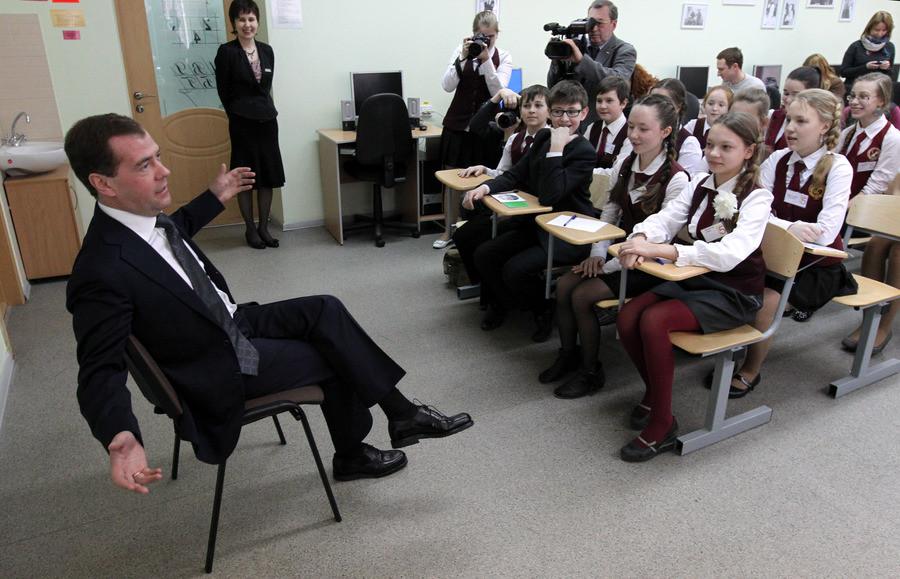 Medvedev en visite dans une école secondaire de Moscou le 27 février 2012.