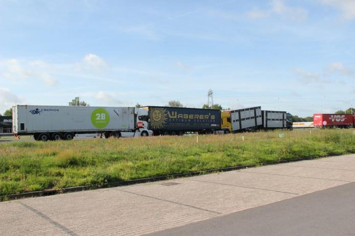 Drie vrachtwagens staan tegen elkaar op de A1 ter hoogte van Holten.