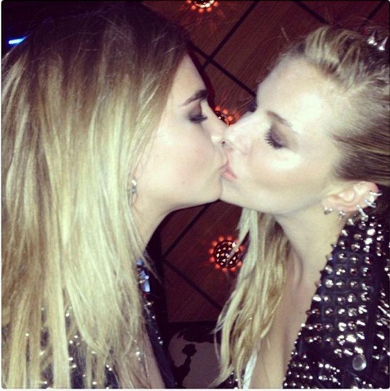 Sienna Miller en Cara Delevingne delen intiem moment