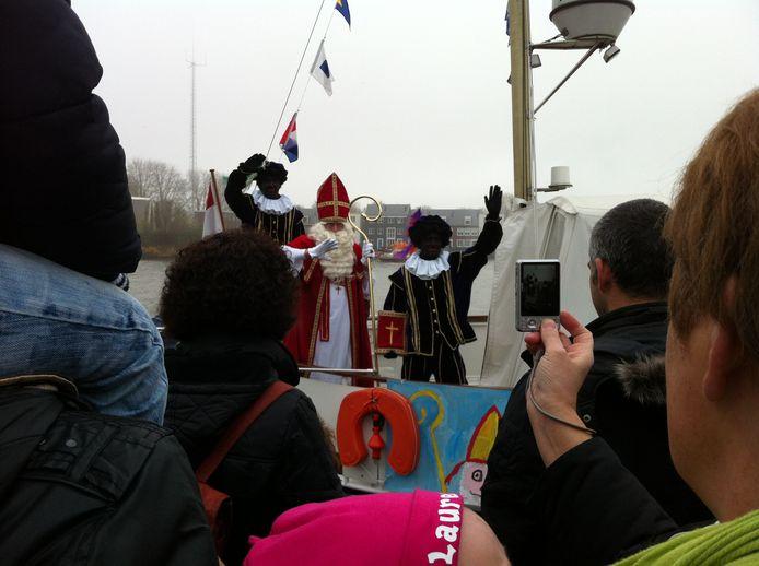 Honderden mensen verzamelen zich elk jaar bij de haven in Dronten voor de intocht van Sinterklaas.
